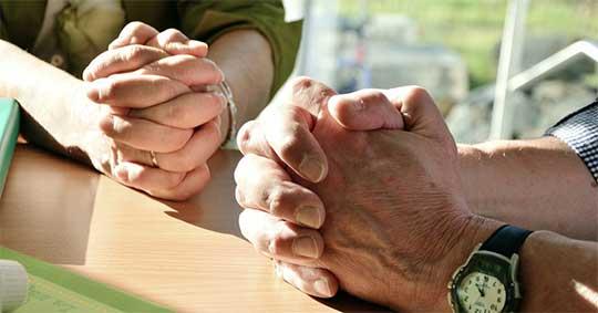 Imagem ilustrando ateus e agnóstico oração